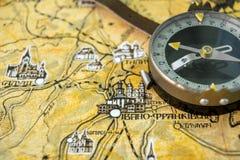 Φωτογραφία του παλαιού εκλεκτής ποιότητας χάρτη στην ηλικίας σελίδα με την πυξίδα Στοκ εικόνες με δικαίωμα ελεύθερης χρήσης