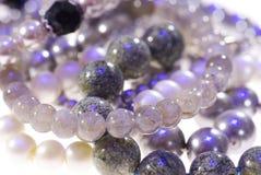 Φωτογραφία του πολύτιμου κοσμήματος Περιδέραιο της γκρίζας κινηματογράφησης σε πρώτο πλάνο μαργαριταριών στοκ εικόνες