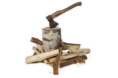 Φωτογραφία του τσεκουριού στο κολόβωμα και τα ξύλα σημύδων Στοκ φωτογραφία με δικαίωμα ελεύθερης χρήσης