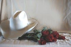 Φωτογραφία του δυτικών καπέλου και των τριαντάφυλλων Στοκ Εικόνες