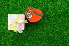 φωτογραφία του όμορφου δώρου και διαμορφωμένου του καρδιά κιβωτίου σε θαυμάσια GR Στοκ φωτογραφίες με δικαίωμα ελεύθερης χρήσης