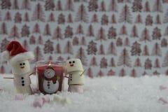 Φωτογραφία τροφίμων Χριστουγέννων που χρησιμοποιεί marshmallows που διαμορφώνονται ως χιονάνθρωπος με παγωμένος στο χαμόγελο και  Στοκ εικόνα με δικαίωμα ελεύθερης χρήσης