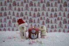 Φωτογραφία τροφίμων Χριστουγέννων που χρησιμοποιεί marshmallows που διαμορφώνονται ως χιονάνθρωπος με παγωμένος στο χαμόγελο και  Στοκ εικόνες με δικαίωμα ελεύθερης χρήσης