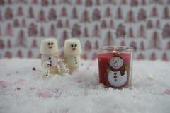 Φωτογραφία τροφίμων Χριστουγέννων που χρησιμοποιεί marshmallows που διαμορφώνονται ως χιονάνθρωπος με παγωμένος στο χαμόγελο και  Στοκ Εικόνες