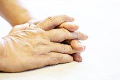 Φωτογραφία των ανώτερων ή ηλικιωμένων ζαρωμένων άτομο χεριών στοκ φωτογραφία