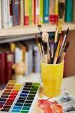 Φωτογραφία των βουρτσών στο γυαλί και των watercolors θολωμένος bookshe στοκ φωτογραφία