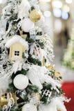Φωτογραφία των διακοσμημένων ερυθρελατών Χριστουγέννων με τους Λευκούς Οίκους, σφαίρες στο κατάστημα στοκ φωτογραφία