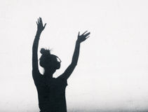 Φωτογραφία των σκιών της γυναίκας του DJ με τα ακουστικά στοκ εικόνες