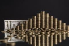 Φωτογραφία των σωρών των νομισμάτων με μορφή μιας πυραμίδας στο γκρίζο υπόβαθρο Στοκ φωτογραφία με δικαίωμα ελεύθερης χρήσης