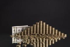 φωτογραφία των σωρών των νομισμάτων με μορφή μιας πυραμίδας Στοκ Εικόνες