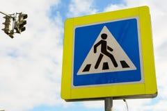 Φωτογραφία των φωτεινών σηματοδοτών και του σημαδιού για τους πεζούς περάσματος σε μια πόλη Στοκ φωτογραφία με δικαίωμα ελεύθερης χρήσης