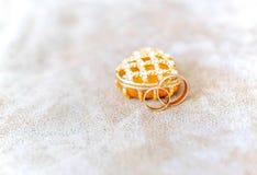 Φωτογραφία των χρυσών γαμήλιων δαχτυλιδιών πριν από την τελετή Στοκ Φωτογραφία