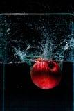 Φωτογραφία υψηλής ταχύτητας του μήλου με τον παφλασμό στο νερό Στοκ Εικόνα