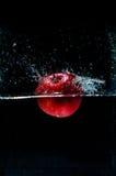 Φωτογραφία υψηλής ταχύτητας του μήλου με τον παφλασμό στο νερό Στοκ φωτογραφία με δικαίωμα ελεύθερης χρήσης