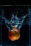 Φωτογραφία υψηλής ταχύτητας του μήλου με τον παφλασμό στο νερό Στοκ εικόνες με δικαίωμα ελεύθερης χρήσης