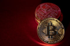 Φωτογραφία χρυσό Bitcoins στο κόκκινο υπόβαθρο έννοια εμπορικών συναλλαγών crypto του νομίσματος Στοκ Φωτογραφία