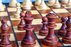 Φωτογραφία χρώματος του πίνακα σκακιού και των κομματιών σκακιού, ξύλινα κομμάτια σκακιού στη σκακιέρα Μαύροι αριθμοί στο πρώτο π Στοκ εικόνες με δικαίωμα ελεύθερης χρήσης