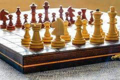 Φωτογραφία χρώματος του πίνακα σκακιού και των κομματιών σκακιού, ξύλινα κομμάτια σκακιού στη σκακιέρα Άσπροι αριθμοί στο πρώτο π Στοκ Εικόνες