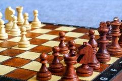 Φωτογραφία χρώματος του πίνακα σκακιού και των κομματιών σκακιού, ξύλινα κομμάτια σκακιού στη σκακιέρα Μαύροι αριθμοί στο πρώτο π Στοκ φωτογραφία με δικαίωμα ελεύθερης χρήσης