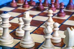Φωτογραφία χρώματος του πίνακα σκακιού και των κομματιών σκακιού, ξύλινα κομμάτια σκακιού στη σκακιέρα Η λευκοί βασίλισσα και ο β Στοκ φωτογραφία με δικαίωμα ελεύθερης χρήσης
