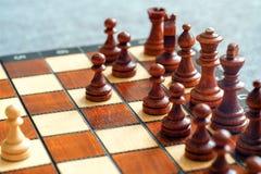 Φωτογραφία χρώματος του πίνακα σκακιού και των κομματιών σκακιού, ξύλινα κομμάτια σκακιού στη σκακιέρα στρέψτε μαλακό Στοκ εικόνες με δικαίωμα ελεύθερης χρήσης