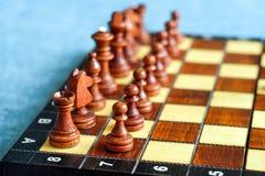 Φωτογραφία χρώματος του πίνακα σκακιού και των κομματιών σκακιού, ξύλινα κομμάτια σκακιού στη σκακιέρα στρέψτε μαλακό Στοκ Εικόνες
