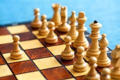 Φωτογραφία χρώματος του πίνακα σκακιού και των κομματιών σκακιού, ξύλινα κομμάτια σκακιού στη σκακιέρα Άσπροι αριθμοί στο πρώτο π Στοκ εικόνα με δικαίωμα ελεύθερης χρήσης