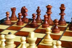 Φωτογραφία χρώματος του πίνακα σκακιού και των κομματιών σκακιού, ξύλινα κομμάτια σκακιού στη σκακιέρα στρέψτε μαλακό Στοκ φωτογραφία με δικαίωμα ελεύθερης χρήσης