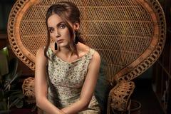 Φωτογραφία ύφους μόδας της αναδρομικής κομψής κυρίας στοκ φωτογραφίες