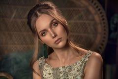 Φωτογραφία ύφους μόδας της αναδρομικής κομψής κυρίας στοκ φωτογραφία με δικαίωμα ελεύθερης χρήσης