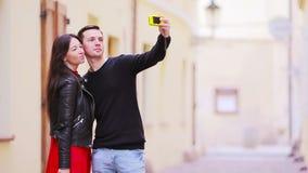 Φωτογραφία Selfie από το καυκάσιο ζεύγος που ταξιδεύει στην Ευρώπη Ρομαντική λήψη ερωτευμένου χαμόγελου γυναικών και ανδρών ταξιδ απόθεμα βίντεο