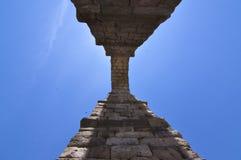 Φωτογραφίες από τη βάση μια από τις αψίδες του υδραγωγείου για να είναι σε θέση σε Intuit το μεγαλείο του Segovia Αρχιτεκτονική,  στοκ εικόνες