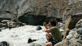 Φωτογραφίες ατόμων σε ένα τοπίο smartphone - ποταμός βουνών, ένας παγετώνας απόθεμα βίντεο