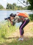 Φωτογραφίες γυναικών στην ακτή της λίμνης στοκ εικόνες