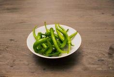 φωτογραφίες πιπεριών μονοπατιών επίσης ψαλιδίσματος οι πράσινες απομονωμένες βλέπουν το παρόμοιο λευκό στοκ φωτογραφία με δικαίωμα ελεύθερης χρήσης