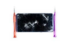 Φωτογραφίες που παρουσιάζουν τη διαδικασία ένα σπασμένο κινητό τηλέφωνο με ένα κατσαβίδι στο εργαστήριο για την επισκευή του κινη στοκ εικόνες με δικαίωμα ελεύθερης χρήσης