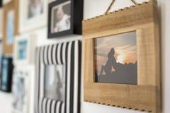 Φωτογραφίες της οικογένειας στα διάφορα πλαίσια φωτογραφιών Στοκ εικόνα με δικαίωμα ελεύθερης χρήσης