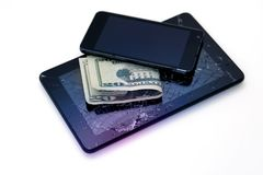 Φωτογραφίες της ραγισμένης επίδειξης σε μια ταμπλέτα, μαύρο κινητό τηλέφωνο και 20 δολάρια που απομονώνονται στο λευκό Ταμπλέτα μ στοκ εικόνες με δικαίωμα ελεύθερης χρήσης
