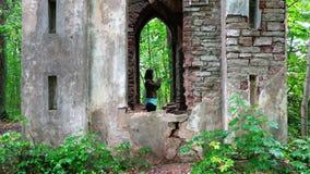 Φωτογραφίες τουριστών ενός αρχαίου φρουρίου τούβλου απόθεμα βίντεο