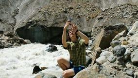 Φωτογραφίες τουριστών στο τηλεφωνικό πανοραμικό τοπίο - ποταμός και παγετώνας βουνών απόθεμα βίντεο