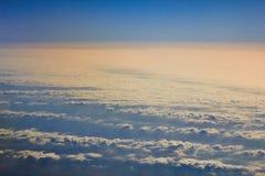 Φωτογραφίες των σύννεφων από ένα ύψος E Όμορφα σύννεφα στο μπλε ουρανό Σύννεφα στο σαφή καιρό Σύσταση ουρανού η σύσταση στοκ φωτογραφία