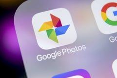Φωτογραφίες Google συν το εικονίδιο εφαρμογής στο iPhone Χ της Apple κινηματογράφηση σε πρώτο πλάνο οθόνης Google συν το εικονίδι Στοκ Εικόνα