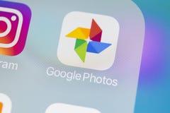 Φωτογραφίες Google συν το εικονίδιο εφαρμογής στο iPhone Χ της Apple κινηματογράφηση σε πρώτο πλάνο οθόνης Google συν το εικονίδι Στοκ φωτογραφία με δικαίωμα ελεύθερης χρήσης