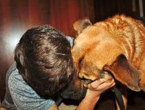 φωτογραφίστε που απεικονίζει ένα σκυλί με το φίλο του που τον αγκαλιάζει στοκ φωτογραφίες με δικαίωμα ελεύθερης χρήσης