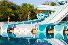 Φωτογραφικές διαφάνειες και πισίνα στο aquapark Στοκ εικόνες με δικαίωμα ελεύθερης χρήσης
