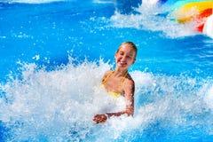 Φωτογραφικές διαφάνειες πισινών για τα παιδιά στη φωτογραφική διαφάνεια νερού στο aquapark Στοκ Φωτογραφίες