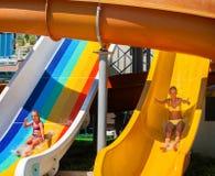 Φωτογραφικές διαφάνειες πισινών για τα παιδιά στη φωτογραφική διαφάνεια νερού στο aquapark Στοκ Εικόνα