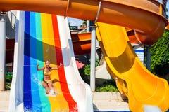 Φωτογραφικές διαφάνειες πισινών για τα παιδιά στη φωτογραφική διαφάνεια νερού στο aquapark Στοκ φωτογραφίες με δικαίωμα ελεύθερης χρήσης