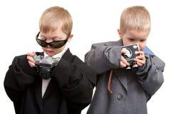 φωτογραφικές μηχανές δύο αγοριών Στοκ Φωτογραφία