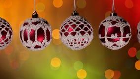 Φωτογραφική διαφάνεια μπροστά από τα όμορφα μπιχλιμπίδια Χριστουγέννων τσιγγελακιών απόθεμα βίντεο